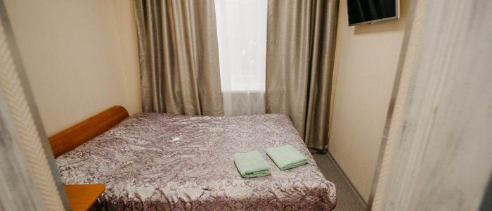 """Гостиница """"Винтаж"""", номер с двуспальной кроватью. В номере душ, туалет, ТВ, Wi-Fi"""